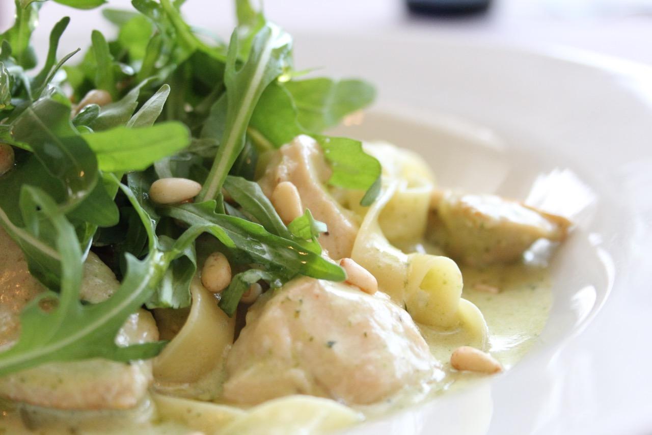 Ресторан Emporio café - Фетучини с куриной грудкой и соусом песто
