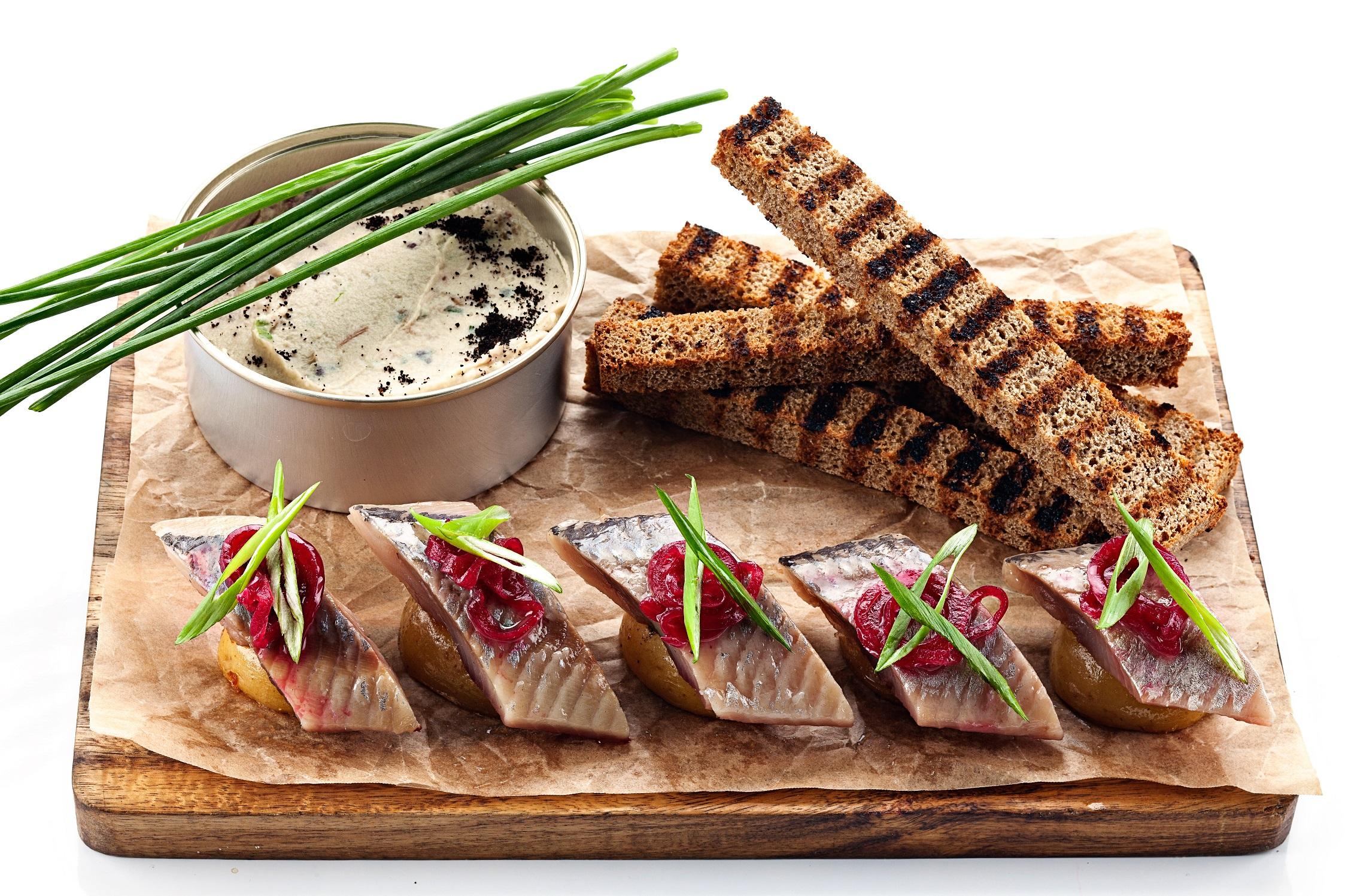 Ресторан Мумий Тролль Music Bar - Сельдь на картошке с дымком и маринованным луком