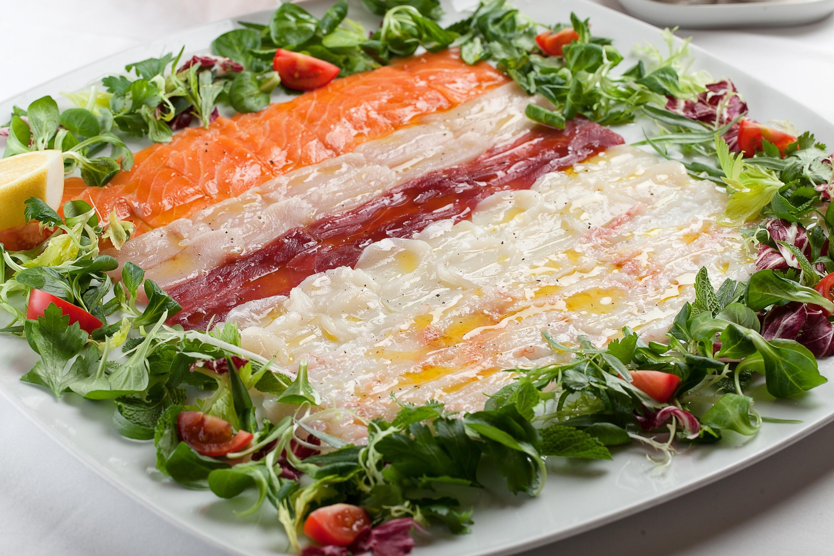 Ресторан La Marée - Карпаччо из лакедры, лосося, тунца, дикого сибаса и  морского гребешка