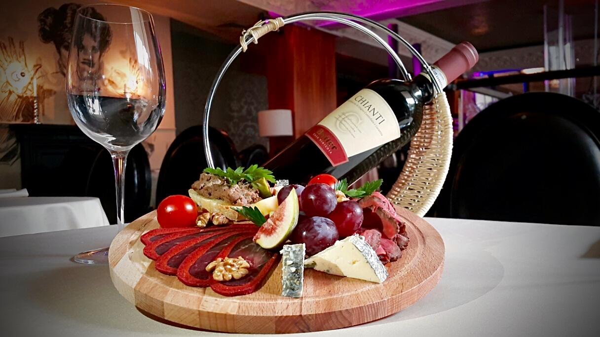 Ресторан Emporio café - Красный сет состоящий из мясных закусок и бутылки красного вина Кьянти (Chianti)