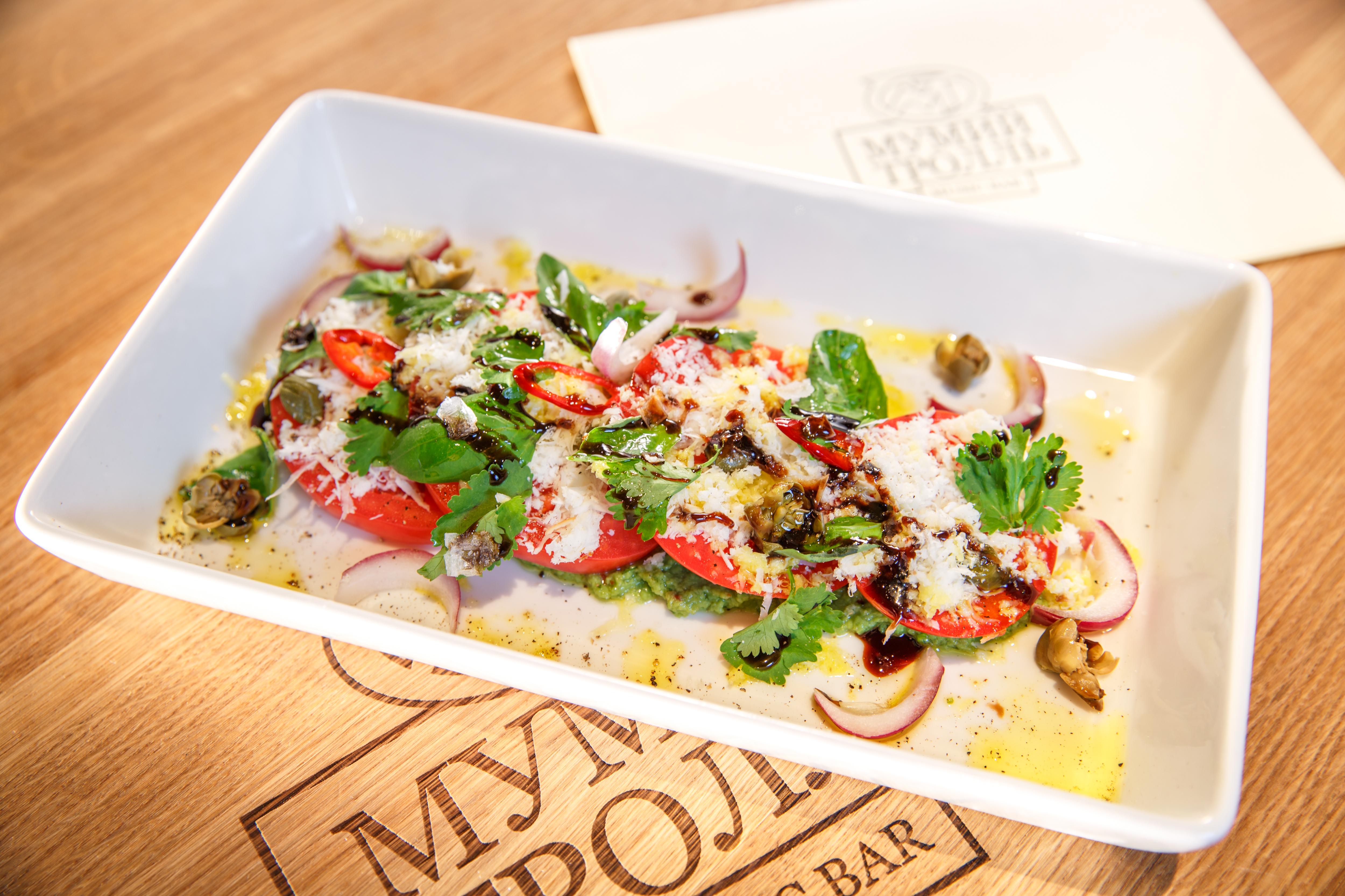 Ресторан Мумий Тролль Music Bar - Сладкие розовые помидоры с гуакамоле и копчёным сыром.