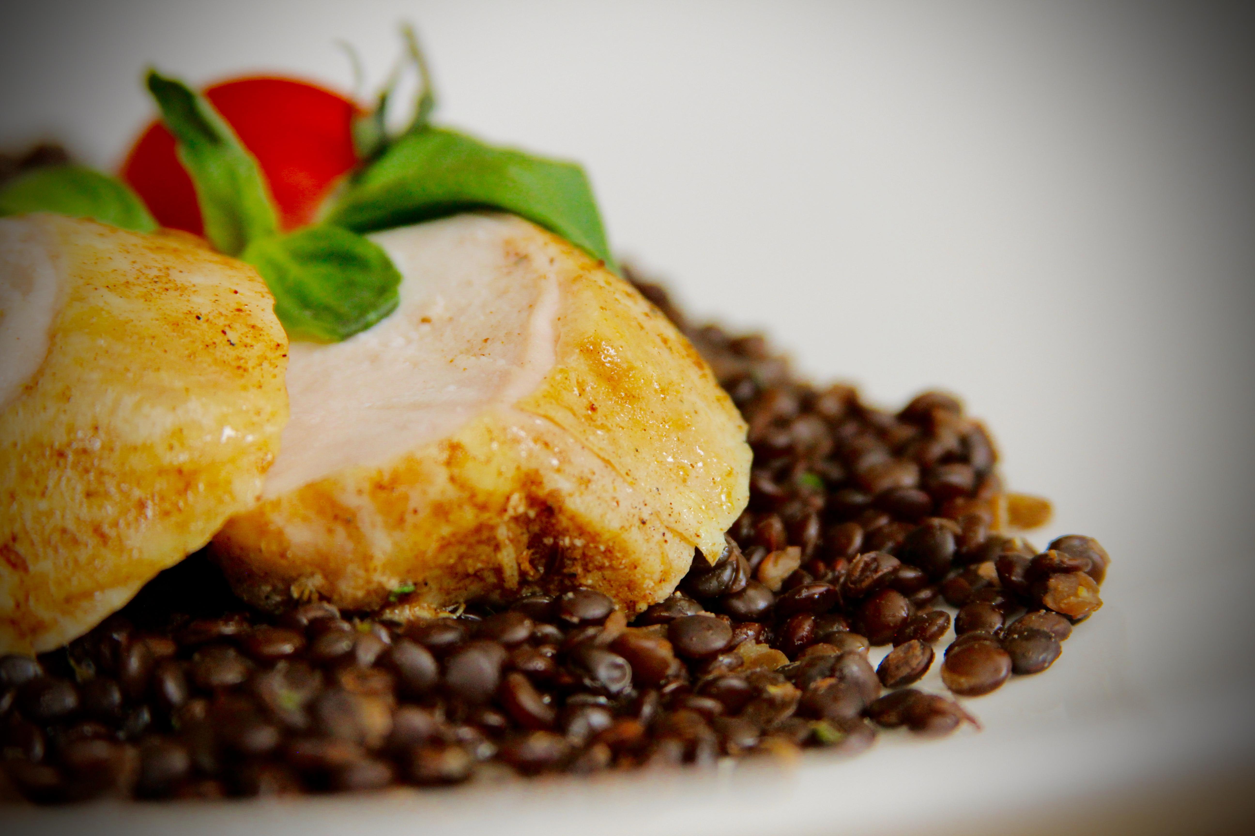 Ресторан Emporio café - Куриное филе с чечевицей, приготовленное по технологии Sous Vide.